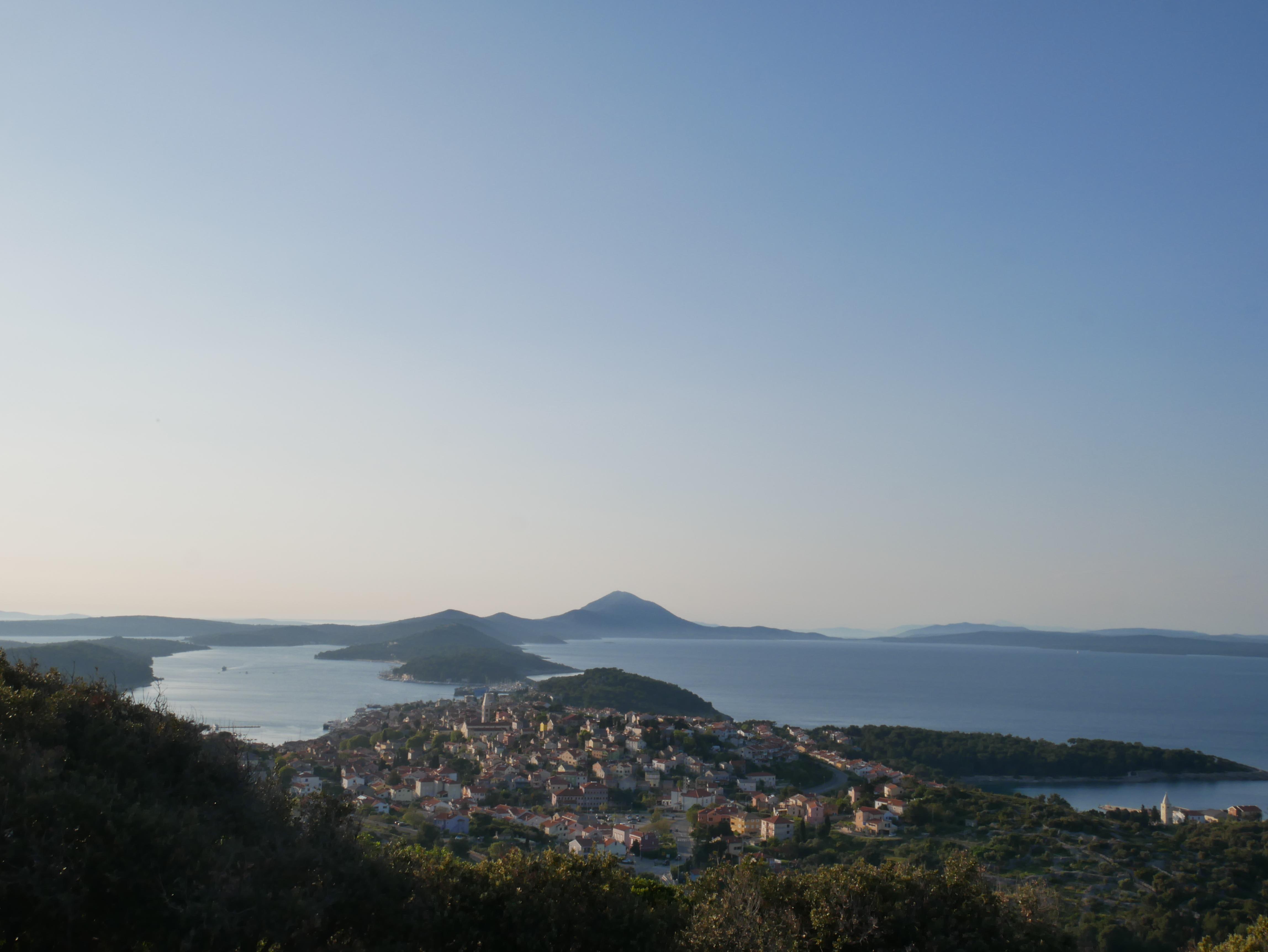 Pomicanje linije horizonta. Slika prikazuje otoke Lošinjskog arhipelaga, i grad Mali Lošinj. Osim toga prikazuje nebo i obalu.
