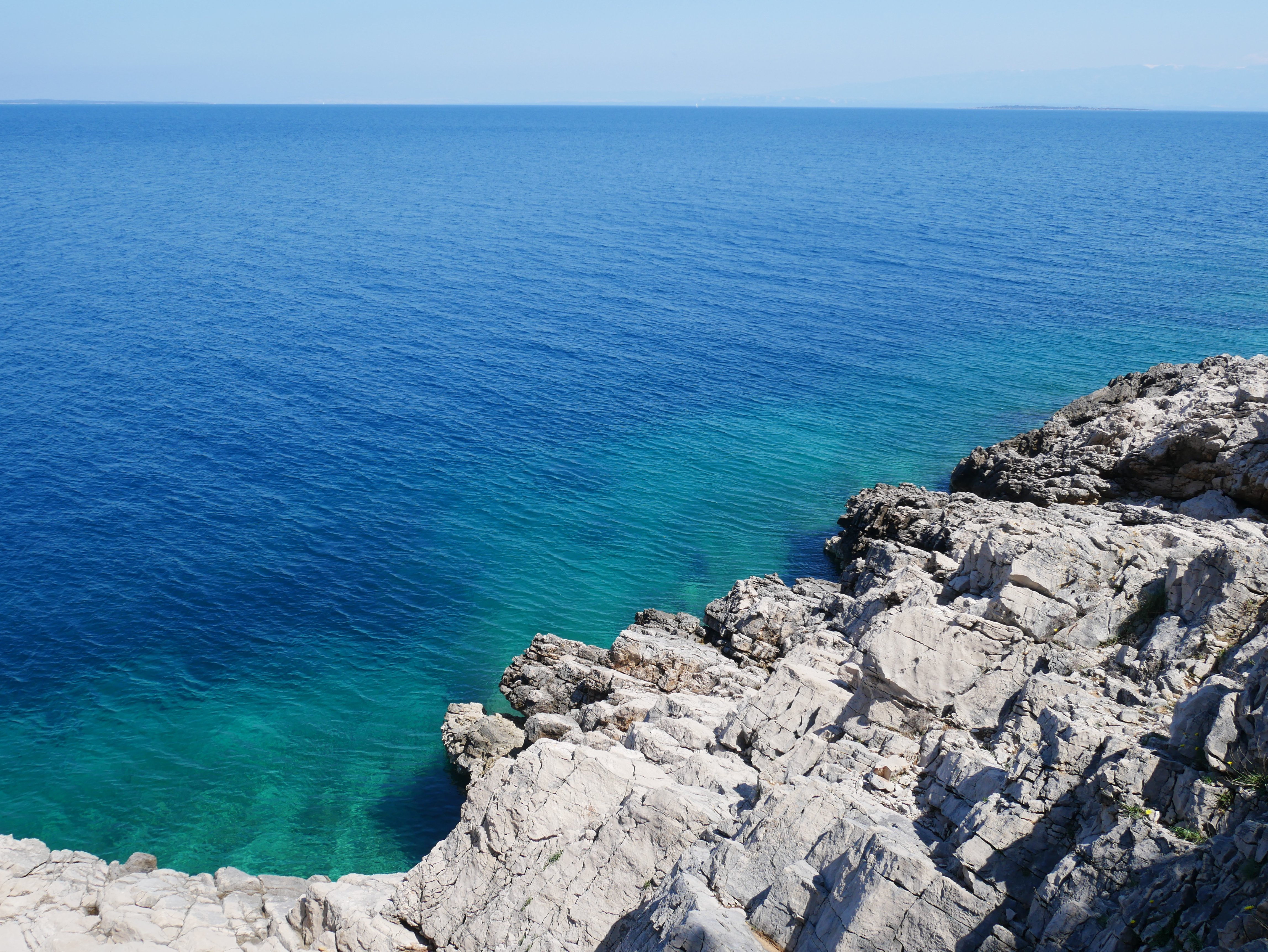 Slika prikazuje more i stijene na otoku Lošinju.