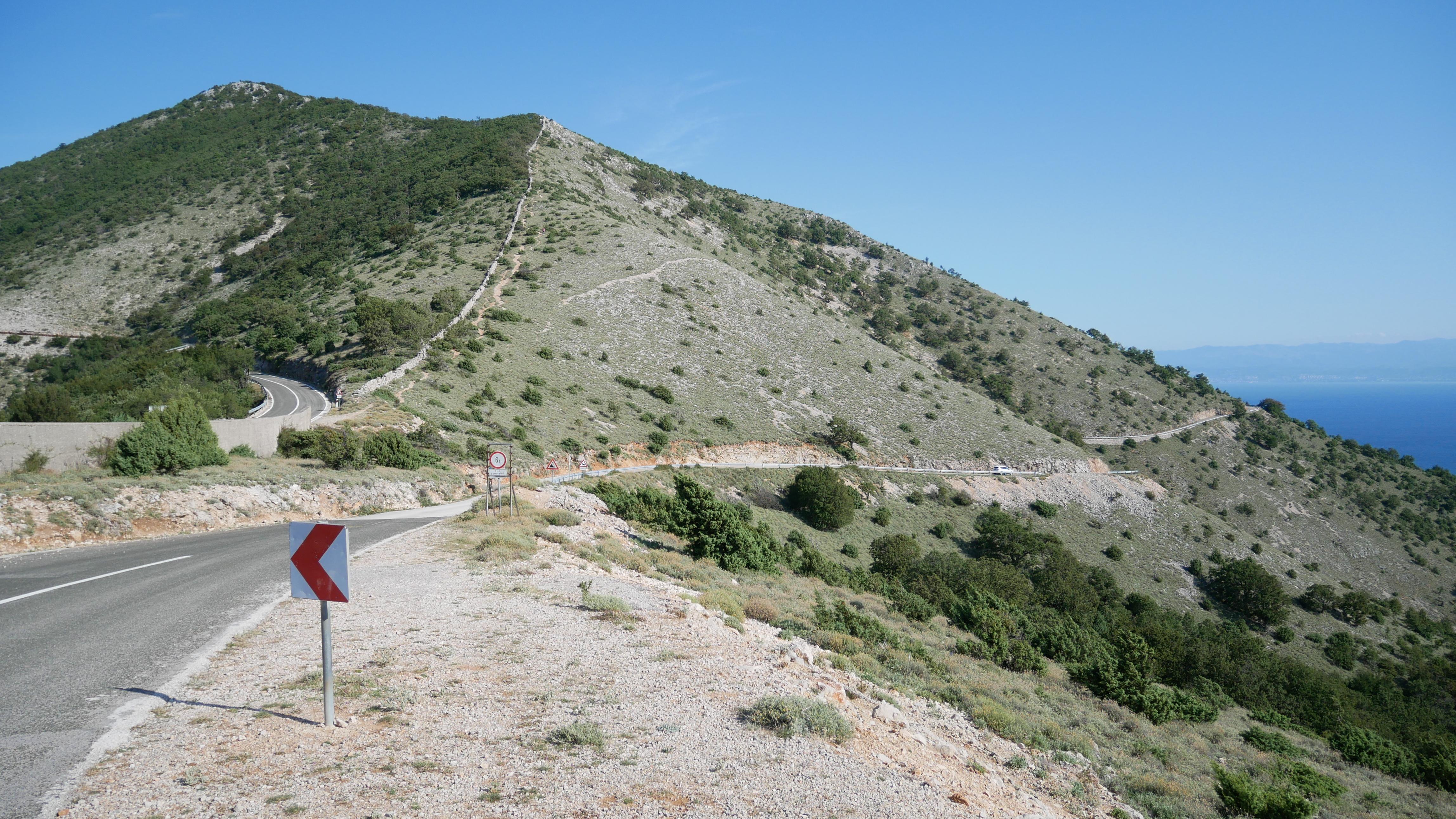 Slika prikazuje pogled na brdo s jednog od vidikovaca na otoku Cresu, u blizina mjesta Beli.