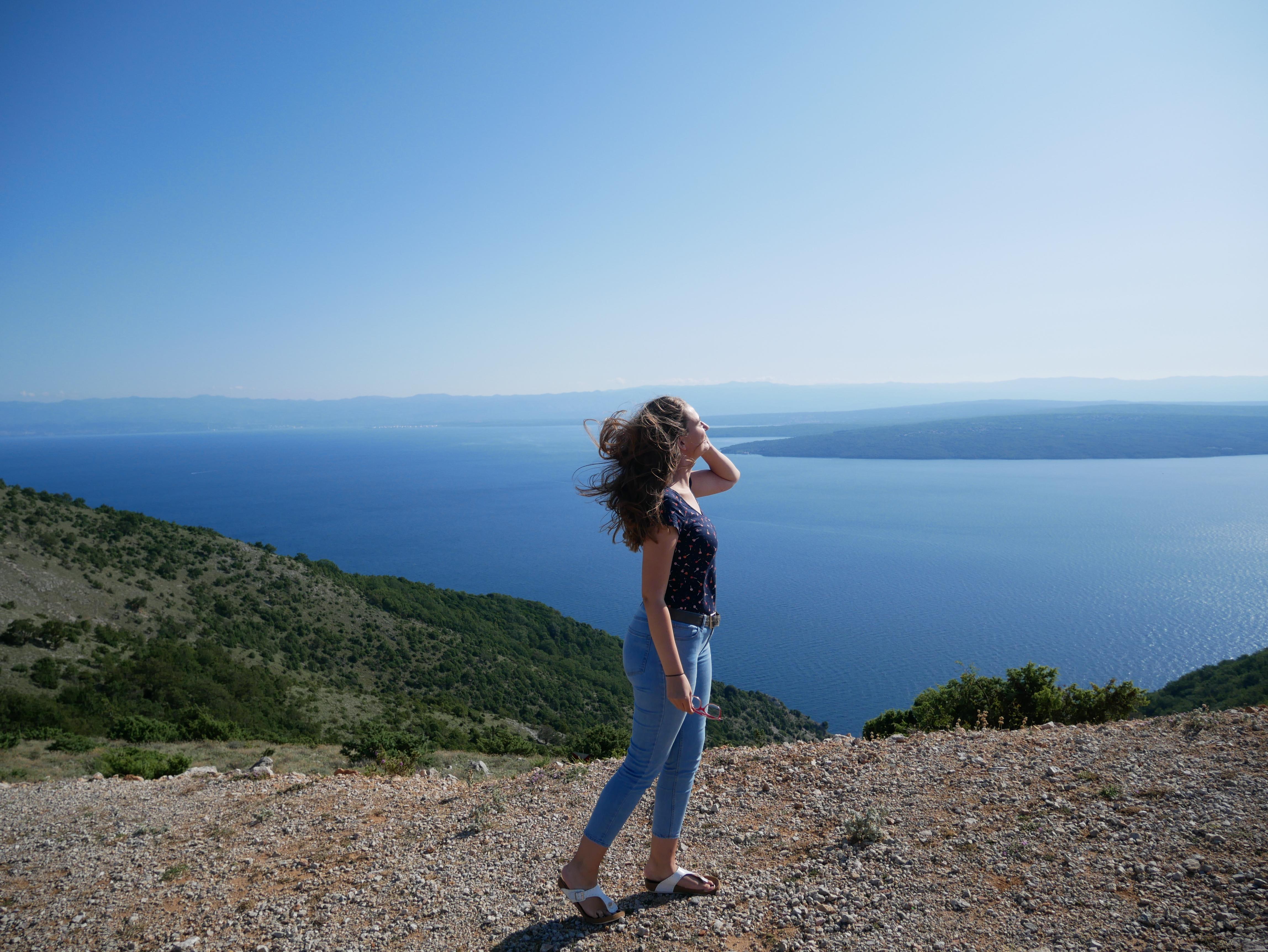 Ja ispred panorame na otoku Cresu, u blizini mjesta Beli.