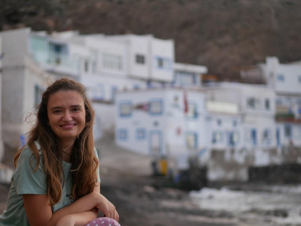 Annie na crnoj vulkanskoj plaži u malom mjestu Tufia na otoku Gran Canaria.